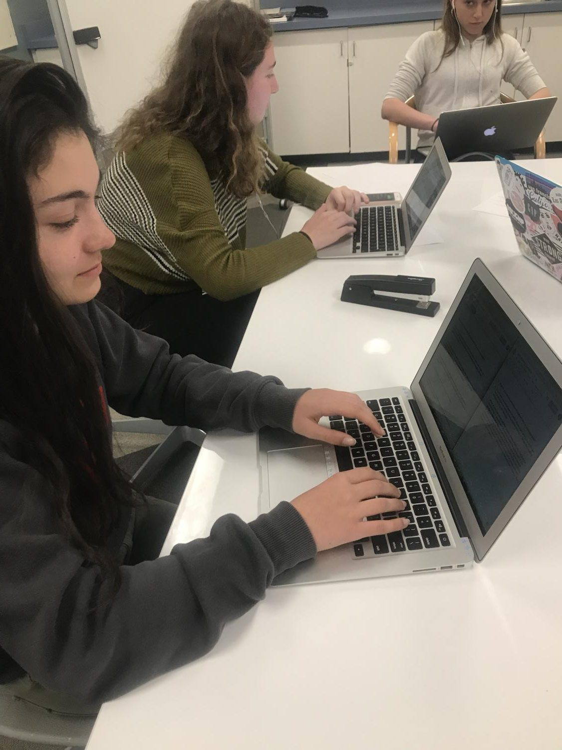 Laura Borne begins working on her college essay by answering a few brainstorming questions. The college counseling class takes place once every two weeks for all juniors.