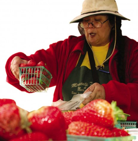 INA HERLIHY | the broadview Vendor Cynthia Gong bags strawberries at the weekly United Nations Plaza Farmers Market. Gong sells organic strawberries grown in Morgan Hill.