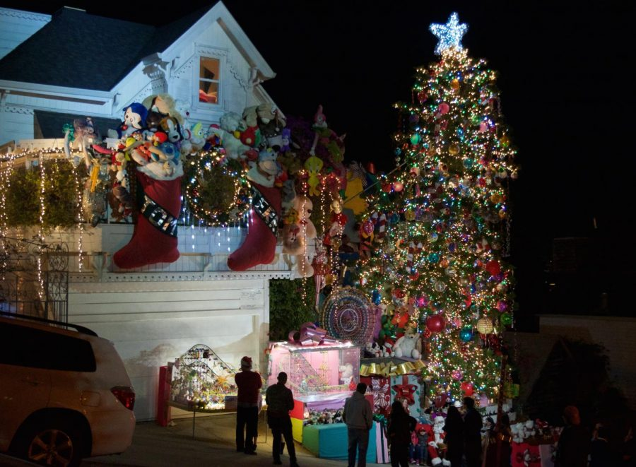 Crowds+gather+outside+the+home+of+Tom+Taylor+and+Jerry+Goldstein+to+see+the+grand+Christmas+display+and+visit+Santa+Claus.+The+couple+hires+Santa+each+night+from+6%3A30-10%3A00+p.m.+throughout+December+24+to+hand+out+candy+canes+and+take+photos.++