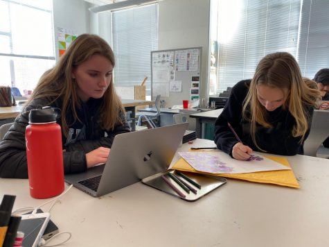 Junior Audrey Hunnicutt and sophomore Darcy Jobb prepare for their finals in the art studio on the Pine/Octavia campus. Both campuses will be used as a study space throughout the week.